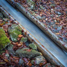 Detail posledného funkčného žľabu na splavovanie dreva v strednej Európe, ktorý sa nachádza v doline Rakytovo neďaleko Harmanca.