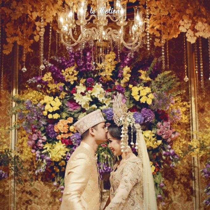71 Best Traditional Indonesian Wedding Moments | http://www.bridestory.com/blog/71-best-traditional-indonesian-wedding-moments