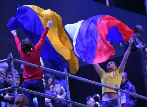 【ソチ・パラリンピック】開会式を前にロシアとウクライナの国旗を掲げる人たち=ロシア・ソチのフィシュト五輪スタジアムで2014年3月7日午後7時46分、宮間俊樹撮影