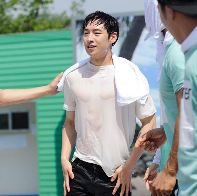 "Lee Je Hoon  이제훈  reveals his muscles in ""Running Man"""