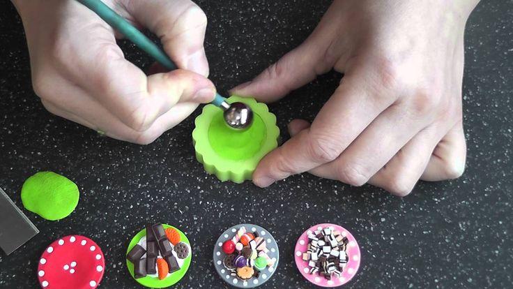 Hier wird gezeigt wie leicht ganz viele Miniatur Teller aus Fimo mit Hilfe einer Silikonform herzustellen sind.