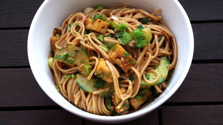 Otsu ist ein Salat aus japanischen Soba-Nudeln, Tofu und Koriander. Wer den Nudelsalat auf ein Fest mitbringt, sollte auch gleich das Rezept in der Tasche haben.