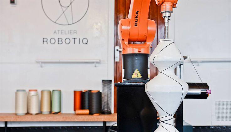 Robotisering: zowel een vloek als een zegen. Geroutineerd werk wordt sneller, beter, efficiënter en dus goedkoper door robots gedaan. Dat zorgt voor kansen en voordelen en kan het creatieve proces versterken. Tegelijkertijd verdwijnen er banen en kan niet iedereen zich een robot veroorloven, waardoor er oneerlijke concurrentie ontstaat voor individuele productdesigners, architecten en grafisch ontwerpers. Hoe ziet een gerobotiseerde designwereld eruit en wat zijn de gevolgen?