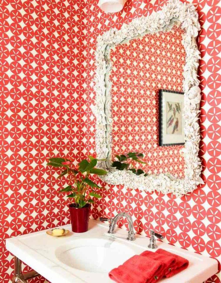 salle de bains esprit rétro avec papier peint à morifs rouges et blancs