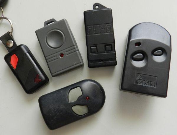 Figura 1 – Diversos modelos de controles remotos de portões eletrônicos.