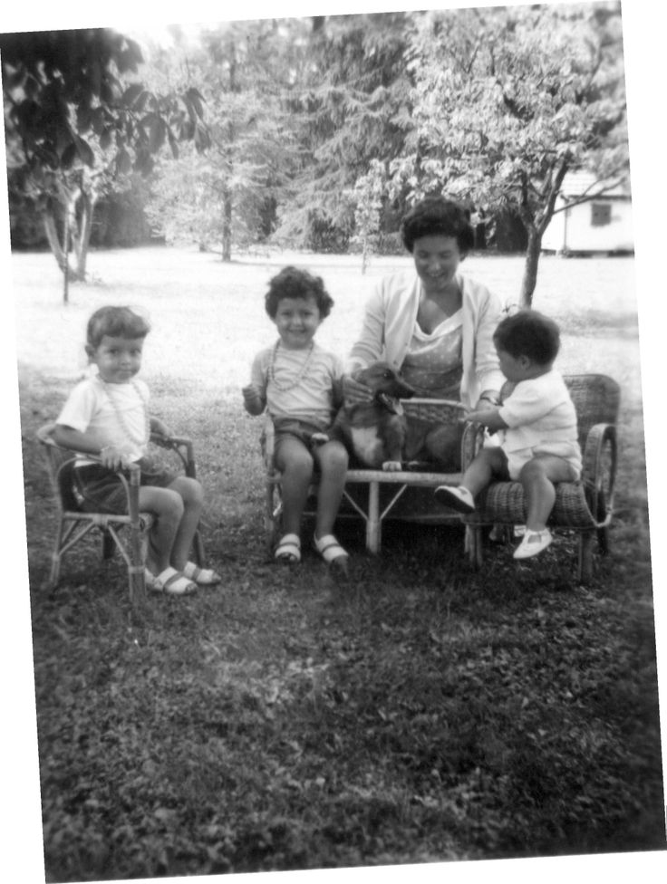 1955 Cantu #ganzinelling from left: Laura, Anna, Zell, Skipper (corgi dog) and Cinzia