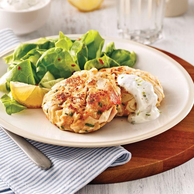 Il vous reste de la purée de pommes de terre de la veille? Utilisez-la pour préparer ces croquantes galettes de poisson relevées de mayonnaise asiatique!