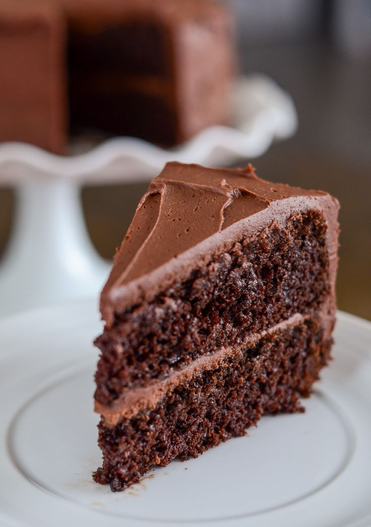 Délicieux gâteau au chocolat bicouche avec glaçage au chocolat fait maison. C…