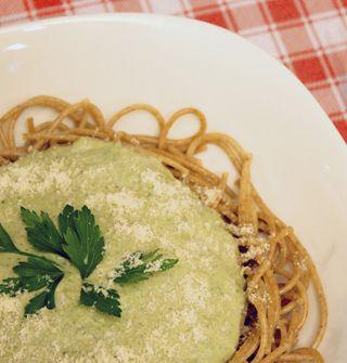 Espagueti con pesto de kéfir: Ingredientes: -300 grs. de espagueti integral -2 dientes de ajo -1 ramito de albahaca -150 cc. de yogur de kéfir espeso -50 grs. de nueces picadas -5 cdas. de aceite de oliva -Sal y pimienta a gusto.  Preparación: 1.Cocer la pasta en agua salada y escurrir 2.Machacar o licuar los ajos con el aceite, las nueces, la albahaca picada, la sal y la pimienta. 3.Agregar yogurt de kéfir a la mezcla y revolver. 4.Mezclar con la pasta y servir.
