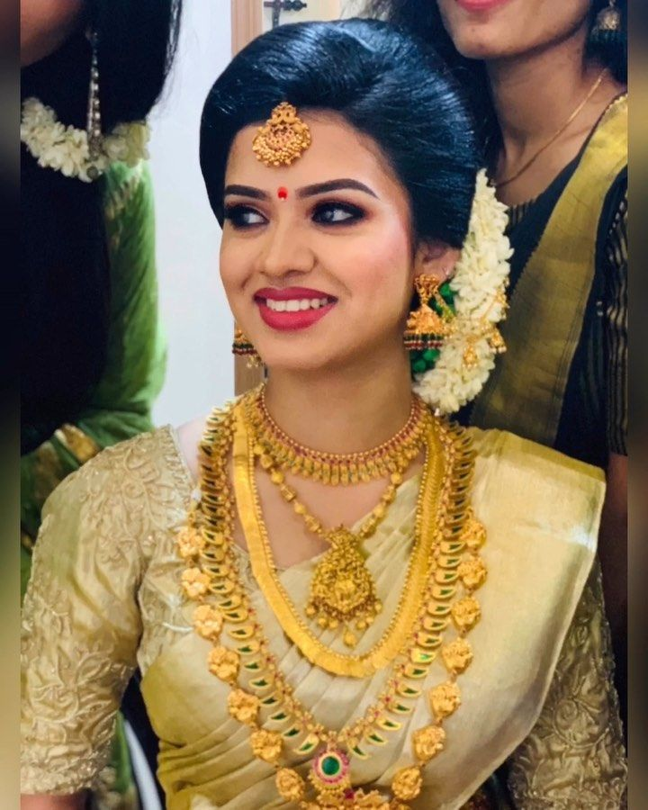 Pin By Nandhitha P On Bridal Beauty South Indian Wedding Hairstyles Indian Bridal Hairstyles Kerala Hindu Bride