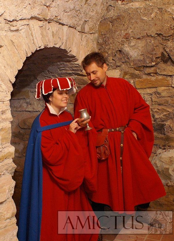 Suknia damska typu houpellande, z obfitymi, workowatymi rękawami, uszyta z czerwonej wełny. Włosy ujęte siateczką, na niej prosty czepiec ozdobiony liśćmi z wycinanką. Rekonstrukcja wykonana na podstawie figurki z grobowca Izabeli Burbońskiej, ubranej według mody z pierwszej połowy XV w (zdjecie fiugurki pochodzi ze strony Rijks Museum, www.rijksmuseum.nl) Fot. Dariusz Skowroński