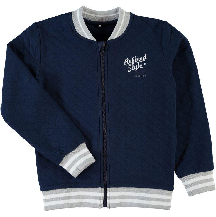 Jongens sweat cardigan NITSEUS van het merk Name-it Donker blauwe effen cardigan, de cardigan heeft enkel vooraan een witte tekst op de borst : Refined style .. De cardigan heeft een lange rits sluiting.