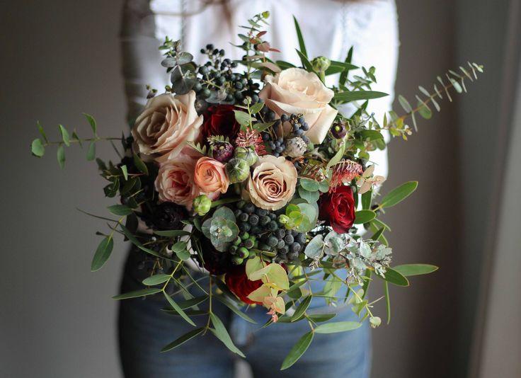 Ramo de novia invierno #ramodenovia #weddingbouquet #flores #novias #deepred #burgundy #eucalyptus #boho #bohowedding #bohobride #roses