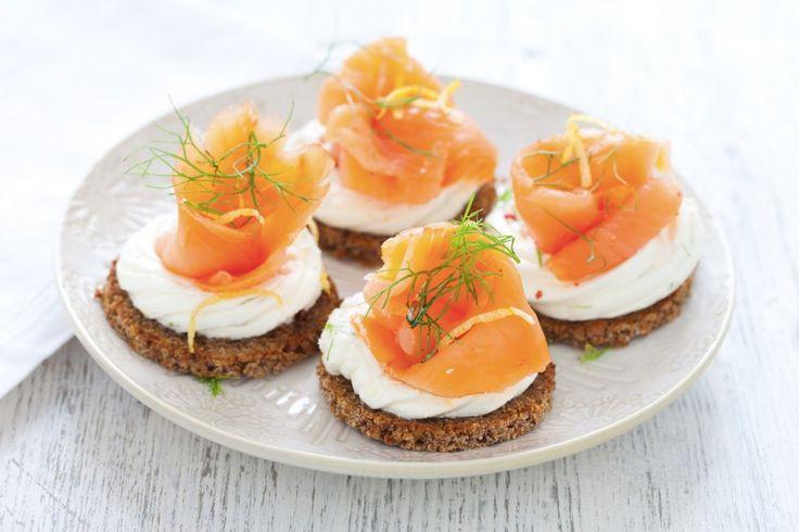 Questi crostini al salmone affumicato sono una deliziosa idea per un aperitivo o come antipasto finger food. Un piccolo capolavoro semplice da realizzare, da provare!