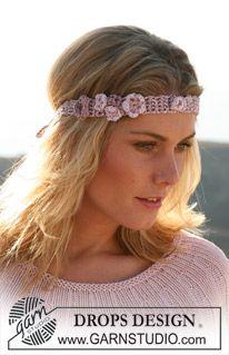 """Heklet DROPS hårbånd med blomster i """"Cotton Viscose"""". ~ DROPS Design"""
