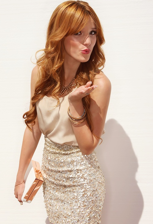 Bella Thorne blowing kisses!