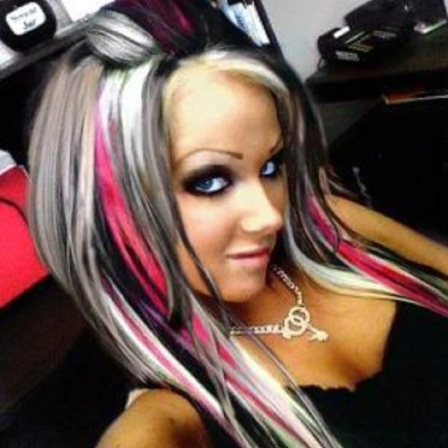 Reminds me of Christina Aguilera from the music video Dirty. Love the hair!!