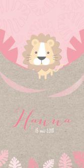 Trendy enkele geboortekaart met kraftpapier achtergrond voor de geboorte van een meisje. Met een schattige tekening van een leeuw in de wildernis.