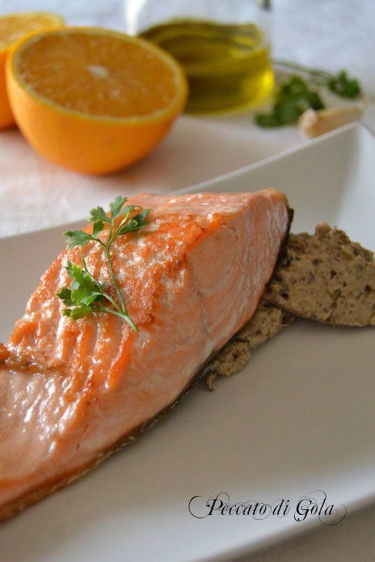 Il filetto di salmone con melanzane in spuma è un secondo piatto assai raffinato, i sapori in contrasto e contemporaneamente uniti nobilitano il piatto.