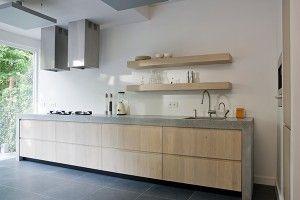 Deze keukenstijl is momenteel zeer populair. De combinatie van houten kasten en een betonnen werkblad is mogelijk in allerlei soorten en maten en voor elk