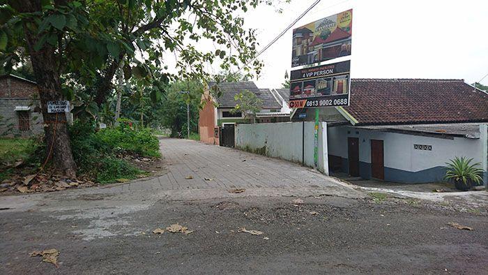 Rumah Dijual (Bisa Dikontrak): Gendeng Karangjati Yogyakarta. Sertifikat Hak Milik. Luas tanah 310m2. Luas bangunan 15m2. Dimensi tanah 12x26m2. Mobil papasan. Akses jalan nyaman. Kamar tidur 3, kamar mandi 2, ruang tamu, ruang keluarga, dapur luas, sisa halaman belakang dan samping luas, garasi mobil & truck. Lingkungan asri, view sawah, pedesaan, perbukitan. Rumah menghadap ke barat. Cocok untuk rumah tinggal, usaha homestay/guesthouse, villa, disewakan expatriat (prospek). Listrik…