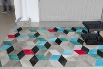 Coden ou l'interprétation élégante et épurée d'un motif géométrique dansl'air du temps. Par petites touches, un bleu ciel, un rouge vif et un vert canard illuminent et accentuent le relief du damier en trompe-l'oeil. Un tapis 100%cuir pour un intérieur design et coloré!