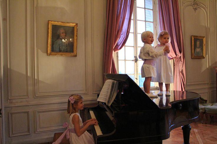 Les petits choux de Bruxelles en mauve. #lespetitschouxdebruxelles #cortege #mariage #wedding #flowergirl #weddingprocession #enfantdhonneur #mariagemauve