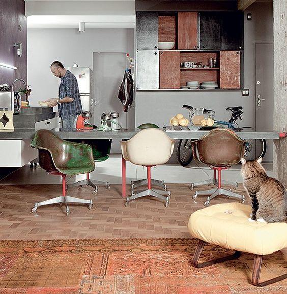 A bancada de ardósia se desdobra em mesa de jantar, que divide sala e cozinha no apartamento do designer de interiores Sandro Brasil. As cadeiras Eames foram compradas no site MercadoLivre e restauradas por ele