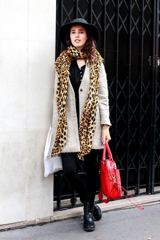 ロビン(18歳) モデル  「ON&OFFで使えてお気に入り」というノーカラーの「ザラ」のジャケットコートを愛用中のロビン。首元にはレオパード柄のスカーフをラフに巻いて、コーディネートのアクセントに。真っ赤なバッグも効いている!  コート、ニット、シューズ、スカーフ/すべてザラ パンツ:リバーアイランド