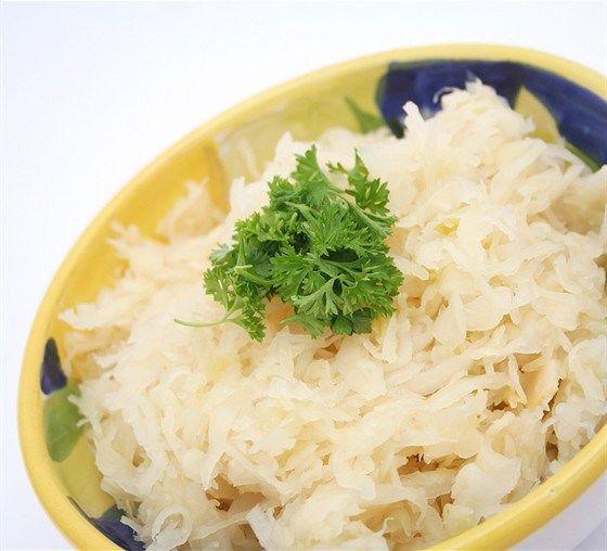 Капусту квасят в прочных деревянных кадках. Небольшое количество (5–10 кг) можно квасить в стеклянных банках или глиняных горшках. Отобрать здоровые, без зеленых листьев, кочаны капусты, изрубить их или нашинковать, смешать рубленую капусту с солью.