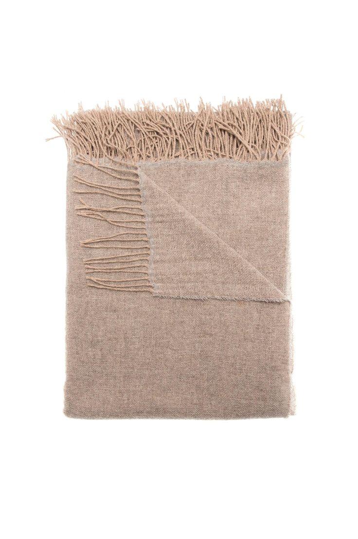 Victor er et mykt og tynt pledd i 80% merinoull. Pleddet er herlig og varmende og har frynser i avvikende farger. 80% merinoull, 20% polyamid. Finvask 30°.HIMLA  Pledd Victor 130x170 cm  Victor er et mykt og tynt pledd i 80% merinoull. Pleddet er herlig og varmende og har frynser i avvikende farger. 80% merinoull... Les mer    999NOK