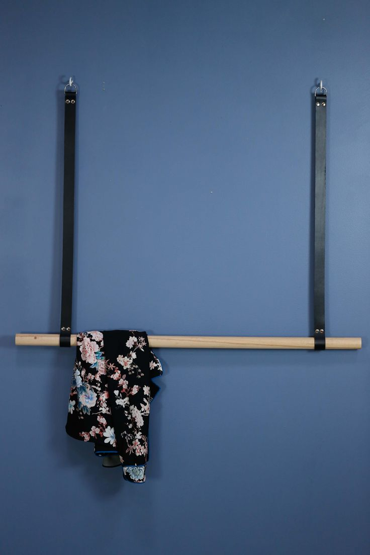 Hengende klesstang i eik med svarte lærreimer.  Bredde: 100 cm Lengde: 75 cm (Andre mål kan fås på bestilling. heidi@elmholtshop.com)