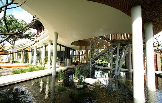 Indonesian architect Yoka Sara designed the Kayu Aga house in Canggu, Bali. The house has a typical semi-circular terrace.