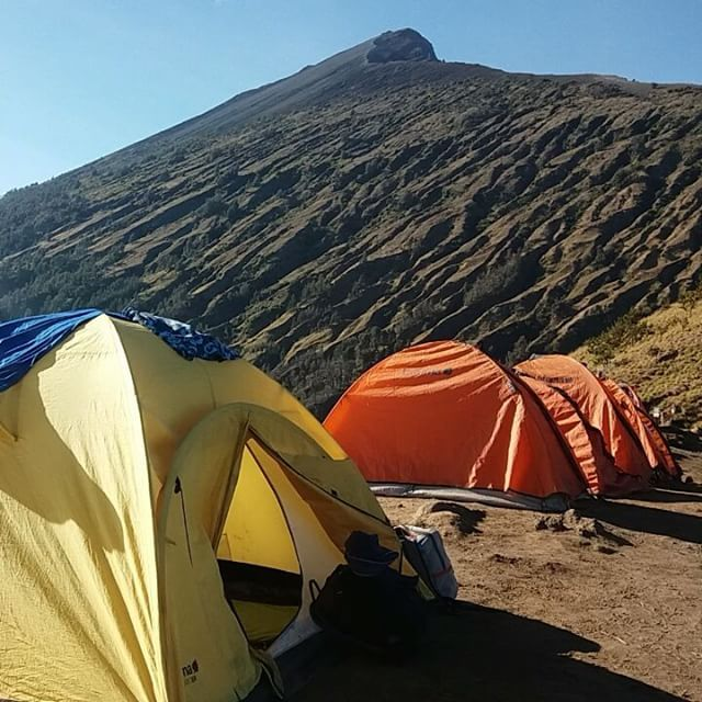 VACATION Destination Mt. Rinjani 3726masl.  Best vacation, enjoy the landscapes.  Located:  Mt.Rinjani camp site 2639m.  Lets exolore the volcano.  Join #mujitrekkertrip  #mujitrekker #mountrinjani #mtrinjani #lombokisland #trekking #backpacking #Indonesia #natgeo #wanders #wanderlust #traveling #travellust #mountaineering #mountaingirls #natgeo #volcano #vacation #bestvacations #bestplacetovisit #worldphotographyday #outdoors #bergman