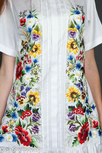 Купить или заказать Белое вышитое платье сарафан 'Цветочный хоровод' ручная вышивка в интернет-магазине на Ярмарке Мастеров. Белое вышитое платье сарафан 'Цветочный хоровод' - платье из хлопка средней плотности на подкладке. По вышитому платью в боковых частях идёт ручная вышивка гладью полевые цветы и маки. Силуэт платья с вышивкой свободный, может быть приталенный с заниженной талией и снизу присборенная юбка. Это вышитое платье может быть выполнено в любом цвете ткани.
