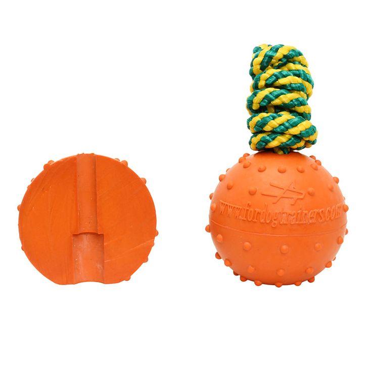 Piłka nawleczona jest na nylonowym sznurku o długości 40 cm, pozwalając łatwo i z przyjemnością bawić się z psem.