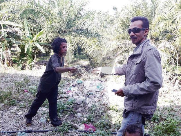 5 tahun tinggal dalam hutan: Penduduk gesa budak hutan diselamatkan   5 tahun tinggal dalam hutan: Penduduk gesa budak hutan diselamatkan | Penduduk di Labu Besar di sini menggesa pihak terlibat segera menyelamatkan seorang pemuda berusia awal 30-an yang hidup di dalam hutan lebih lima tahun lalu.  Pengusaha stesen minyak Mohd Nordin Ismail 52 berkata pemuda yang hanya dikenali sebagai Faizal atau budak hutan itu dipercayai sebelum ini tinggal di Kampung Keda Bagan Sena dengan keluarganya…