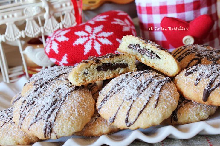 Biscotti al cocco con cuore di cioccolato