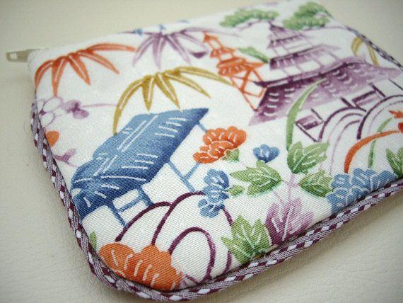 Pequeña bolsa plana hecha con japonese bingata algunas tela de kimono. Ideal para llevar tarjetas de crédito, llaves, monedas, dinero en efectivo y pequeñas cosas en su bolso. Usé la misma tela de kimono en frente y espalda. Se puede disfrutar de patrón diferente. El revestimiento interior es japonés de algodón. Disfrutar de combinaciones. ¡Disfruta de juego llavero o Obikazari encanto como tirón de la cremallera! (Fob Key no está incluido) Llaveros https://www.etsy.com/shop&...