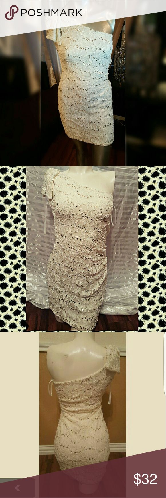 CReam sparkle dress💜 cream sparkle dress size 3 has a slight stretch to it with gold sparkle off white ivory beige dress special occasion dress dinner dress sequence glitter dress City Triangles Dresses Midi