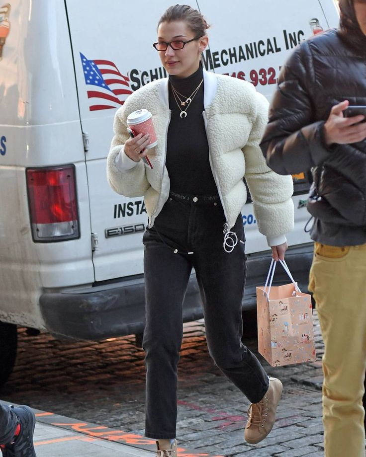 """88 curtidas, 4 comentários - BELLA HADID UPDATE. (@bhadidupdate) no Instagram: """"January 25: More pictures of Bella Hadid at JFK airport in New York City. (LINK IN BIO FOR MORE…"""""""
