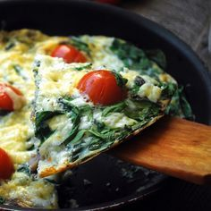 Een heerlijk recept voor een lichte vegetarische maaltijd. Deze courgette omelet met tomaat en spinazie smaakt ook heerlijk als lunch.