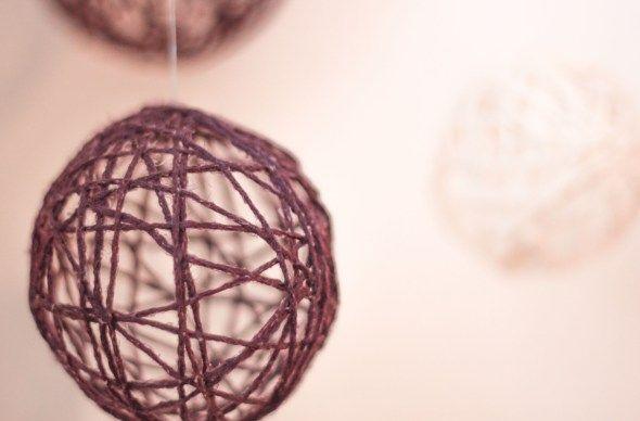 lage juletrekuler? små ballonger, tapetlim og tråd.