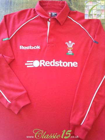 Relive Wales' 2000/2001 international season with this vintage Reebok home long sleeve rugby shirt.
