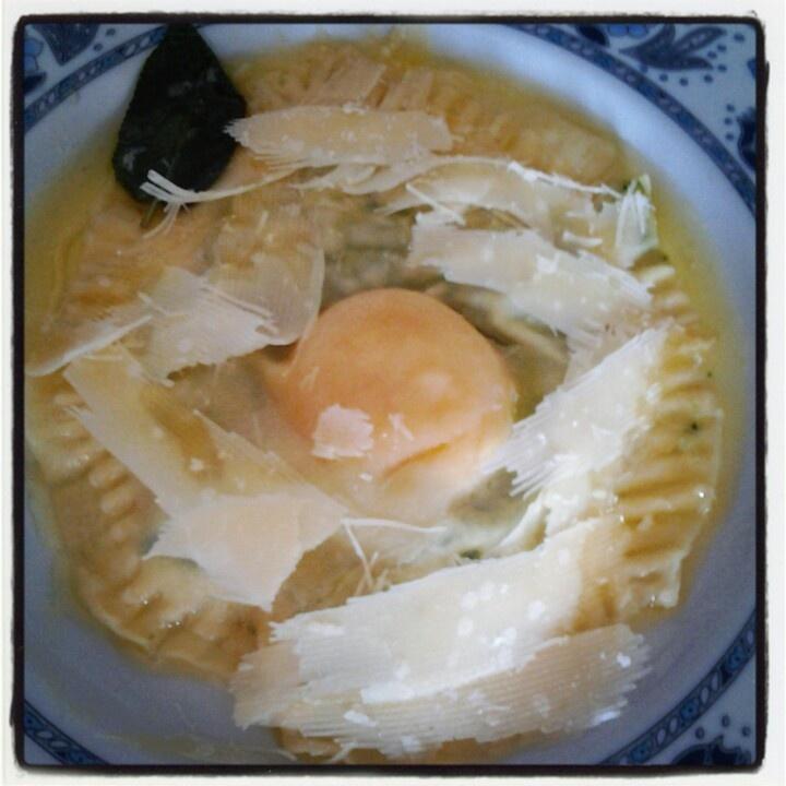 Raviolone con uovo crudo all'interno