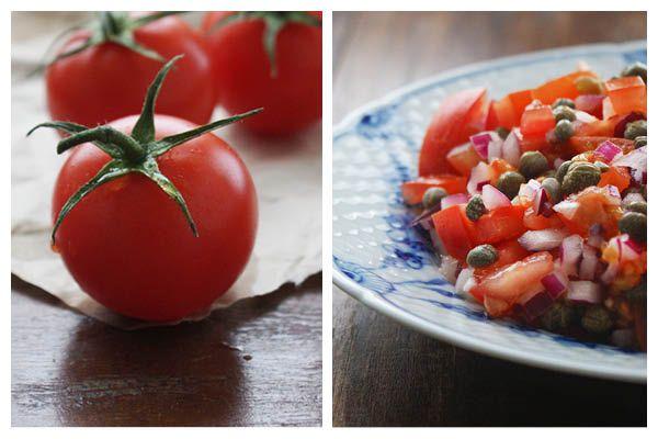 Sund mad, behøver ikke tage en krig at tilberede i køkkenet. Ofte er det de mest simple kombinationer som smager allerbedst. Denne tomatsalat med kapers og rødløg tager kun små 10 minutter at bikse sammen og så smager den rigtigt dejligt. Den er nem, billig og sund. Den er dejlig frisk i smagen og de salte og syrlige kapers er skønne sammen med de søde tomater og bitre løg. En enkelt og perfekt sammensætning!