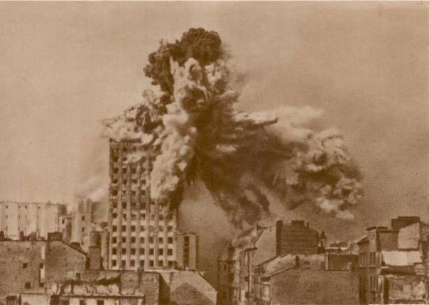 """Warszawa podczas II wojny światowej. Eksplozja niemieckiej bomby lotniczej na górnych piętrach 17-piętrowego gmachu """"Prudential"""""""