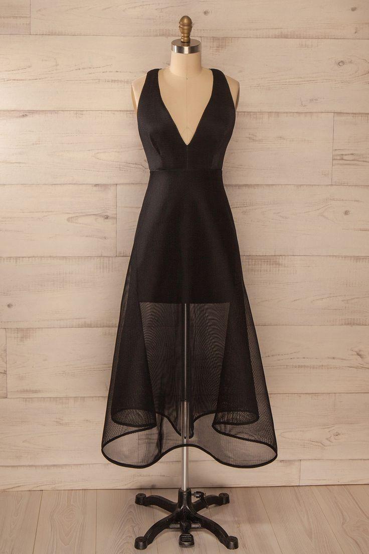 Elle était fière de pouvoir être présente à cette levée de fonds. She was proud to be present for this fundraising night. Maxi black sleeveless dress with mesh lining www.1861.ca