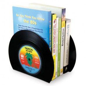 Eenstapel boeken staat tussen twee vinyl platen.