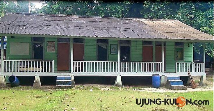 Bangunan dari kayu ini disebut barak, yang menjadi kamar bagi para traveler yang Berkunjung ke Pulau Peucang Taman Nasional Ujung Kulon, sangat sederhana hanya kamar berkapasitas 5-7 orang beralas...